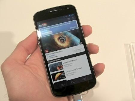 Mobilní telefon Samsung Galaxy Nexus - příjemně malý a svižný, foto: HDTVBlog.cz