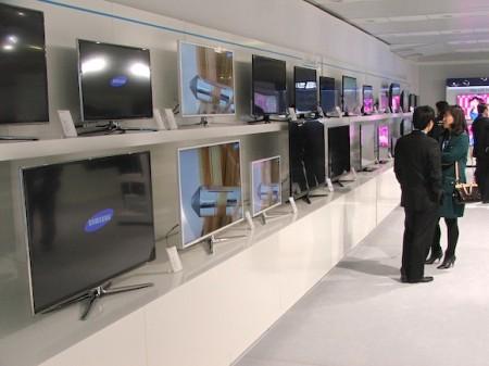 Ke každé řadě LCD televizí, ale i jakýchkoliv dalších produktů, byl k dispozici originální korejský zaměstnanec Samsung, aby vše vysvětlil, foto: HDTVBlog.cz