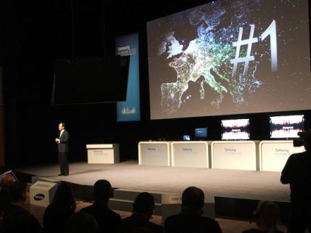 Šéf Samsungu na Samsung Forum 2012 v Kongresovém centru Praha prezentuje nové produkty.. tak trochu ve stylu Apple, foto: HDTVBlog.cz
