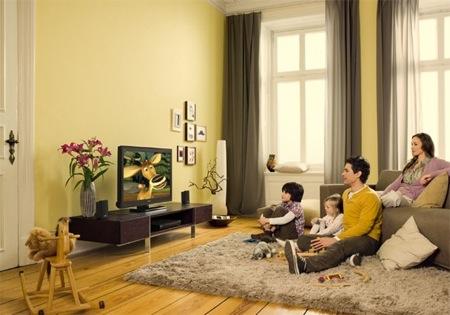 rodinka sleduje HDTV LCD televizi Sony Bravia v obývacím pokoji, pravděpodobné streamovaný Netflix obsah